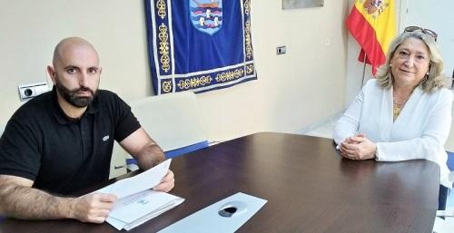 Daniel Barbero, concejal de Turismo, y Trinidad Herrera, alcaldesa de Almuñécar