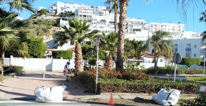 El Ayuntamiento de Salobreña intensifica la limpieza y cuidado de jardines tras el parón por el estado de alarma