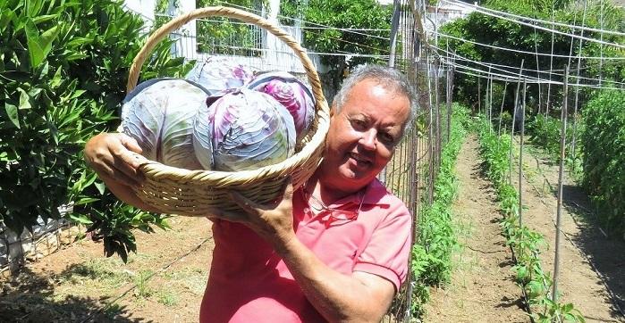 Juan Carlos Benavides en su huerta