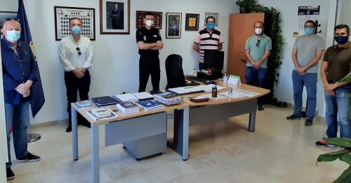 La Agrupación de Cofradías de Motril dona mascarillas para los agentes de la Policía Nacional