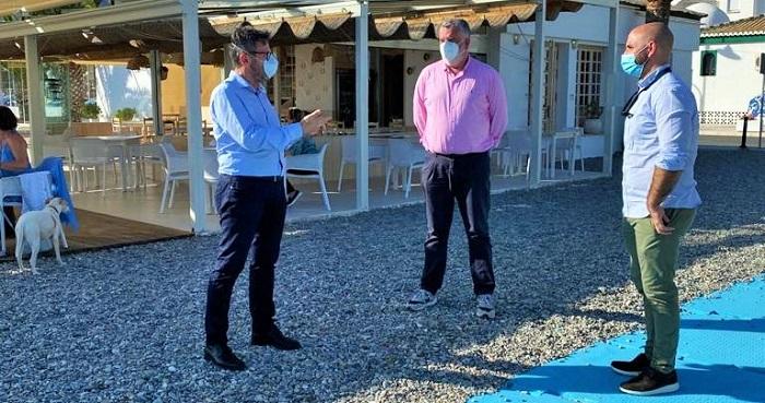 La apertura de los chiringuitos de La Herradura ha contado con la visita del delegado de Turismo de la Junta