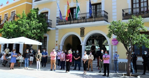 Minuto de silencio frente al Ayuntamiento de Almuñécar por las personas fallecidas por el Covid-19